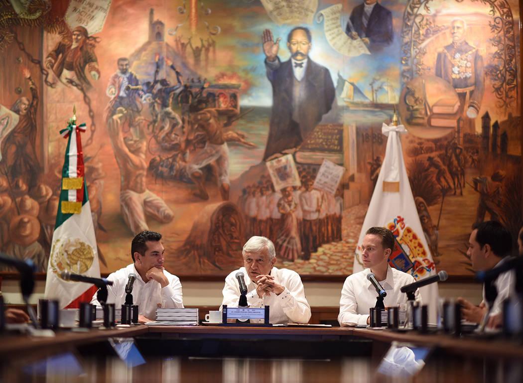 ARCHIVO. Campeche 13 Oct 2018 (Notimex-Especial).- El presidente electo, Andrés Manuel López Obrador, se reunió con los gobernadores de los estados que recorrerá el proyecto del Tren Maya: Car ...