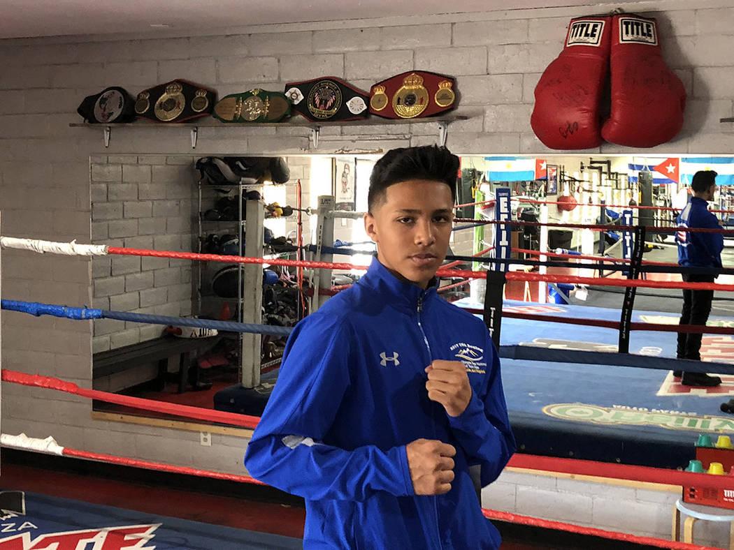 Emiliano Fernando Vargas, de 14 años. Atrás sus cinturones de cinco campeonatos. Domingo 28 de octubre de 2018 en el Gym de su padre. Foto Valdemar González / El Tiempo - Contribuidor.