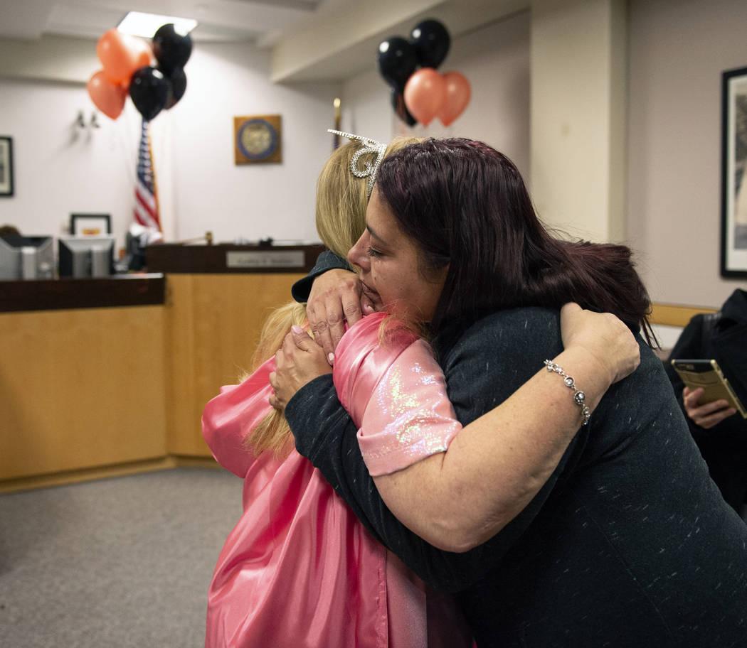 Dawn Hentzi abraza a la Jueza de Familia del Tribunal de Distrito, Cynthia Giuliani después de finalizar el proceso de adopción en el Tribunal de Familia en Las Vegas, el miércoles 31 de octubr ...