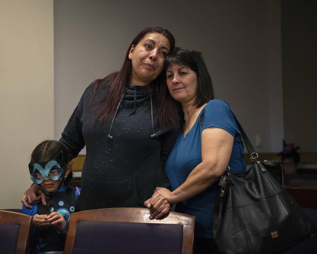 Dawn Hentzi parada a lado de la nueva miembro de la familia, Ammerah de 6 años, y a su amiga Patty Celis cuando juran ante la Jueza de Familia del Tribunal de Distrito, Cynthia Giuliani en el Tri ...