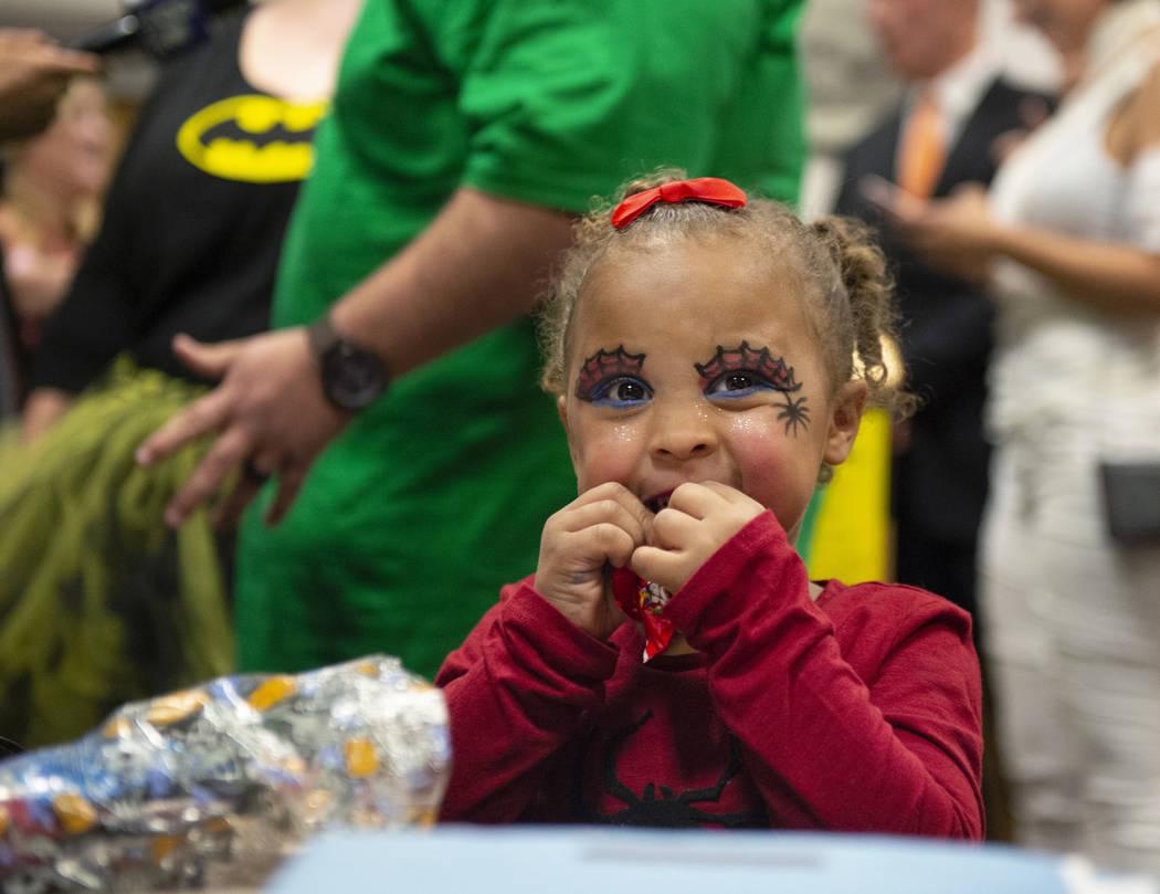 La nueva miembro adoptada de la familia, Malakai Lawter, 1, come un caramelo después de que ella, su hermano y su hermana juraron en la Corte de Distrito ante la Jueza de Familia, Cynthia Giulian ...