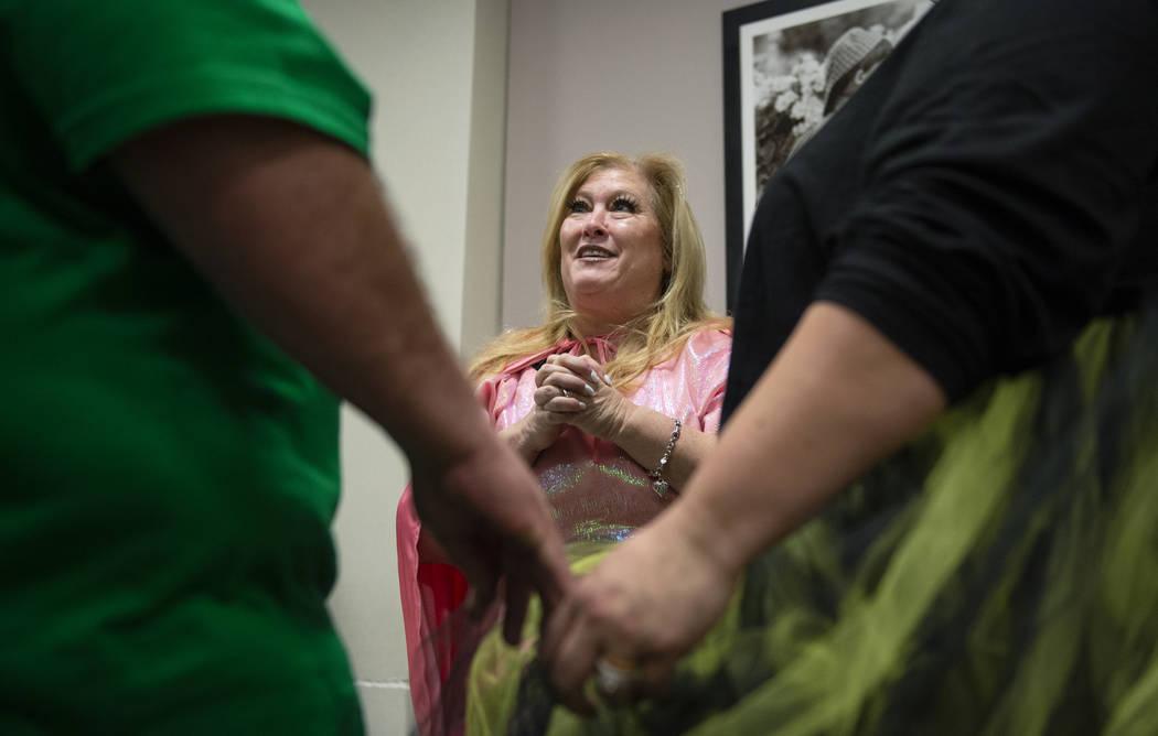 La Jueza de familia del tribunal de distrito, Cynthia Giuliani, habla con Rocky Lawter y Jenilee Lawter después de jurar a tres nuevos miembros de familia adoptados en el Tribunal de familia en L ...