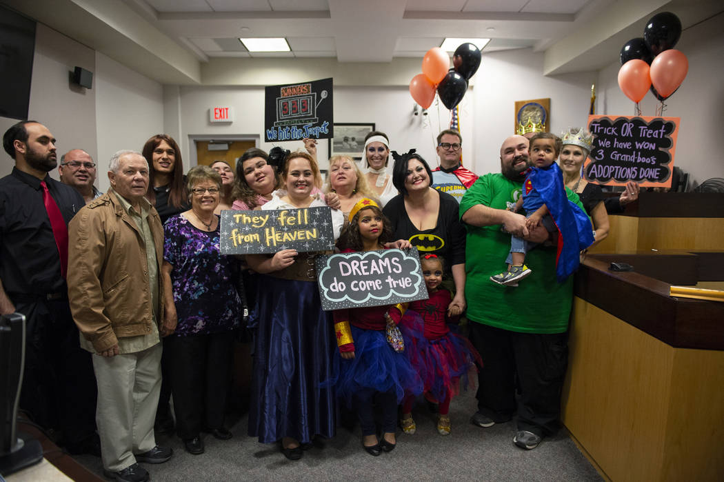 La familia Lawter posa para una fotografía, ya que se les unen los nuevos miembros adoptados de la familia después de jurar ante la Jueza de Familia del Tribunal de Distrito, Cynthia Giuliani en ...
