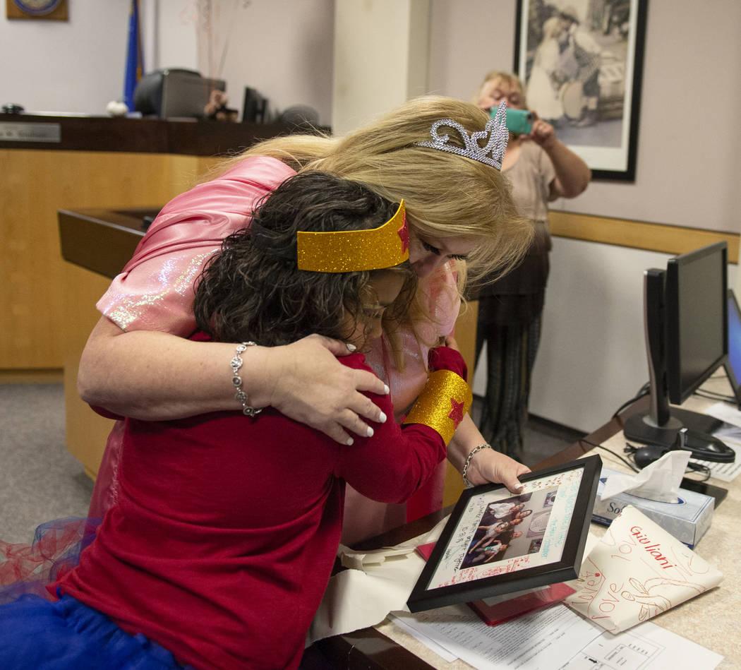 La Jueza de Familia del Tribunal de Distrito, Cynthia Giuliani, abraza a Adilyn Lawter, de 8 años, mientras recibe un regalo de la familia Lawter luego de finalizar el proceso de adopción con su ...