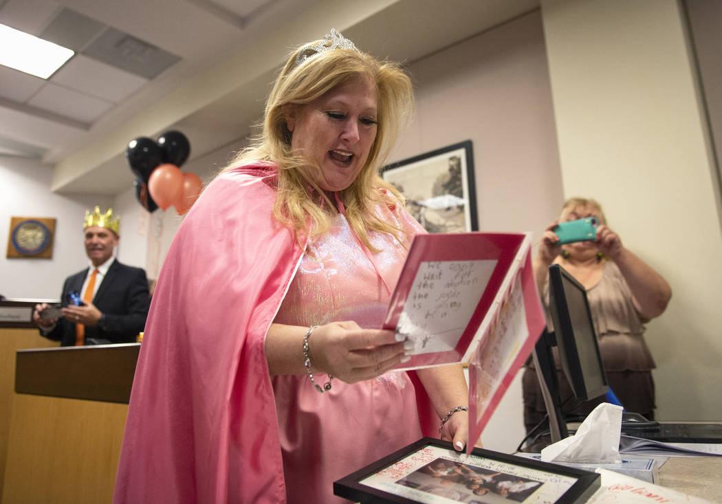 La Jueza de Familia del Tribunal de Distrito, Cynthia Giuliani, abre un regalo de la familia Lawter después de finalizar el proceso de adopción con su nueva familia en el Tribunal de Las Vegas, ...