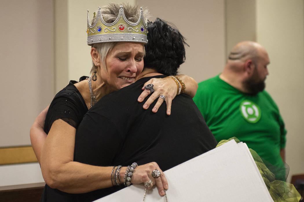 Debbie Haining abraza a su hija después de ganar tres nuevos nietos después de que la familia Lawter finaliza el proceso de adopción luego de ser juramentada por la Jueza de Familia del Tribuna ...