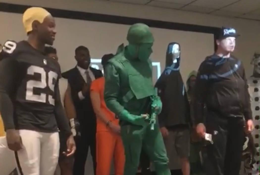 El receptor abierto novato de los Raiders, Saeed Blacknall (centro), ganó el concurso de disfraces de Halloween del equipo mientras llegó con un atuendo de soldado de juguete diseñado por el pr ...