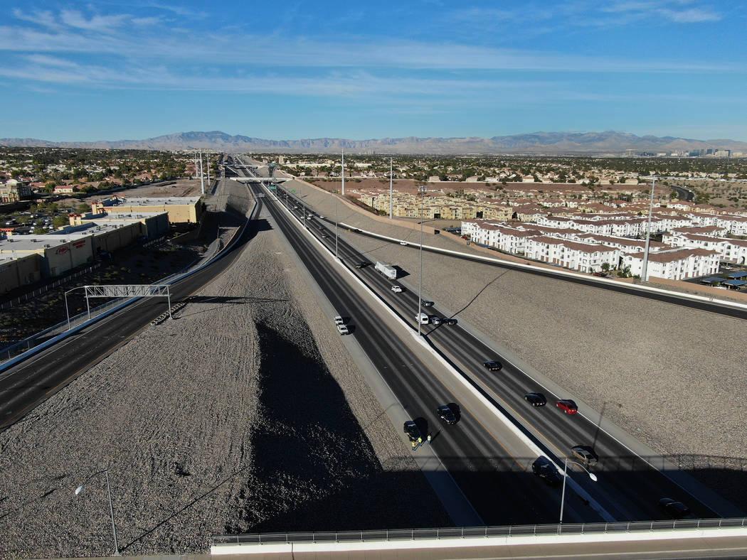 Los carriles en dirección este de 215 Beltway están cerrados por la Nevada Highway Patrol después de que una joven mujer saltó del paso elevado 215 en Stephanie y fue golpeada por un remolque ...