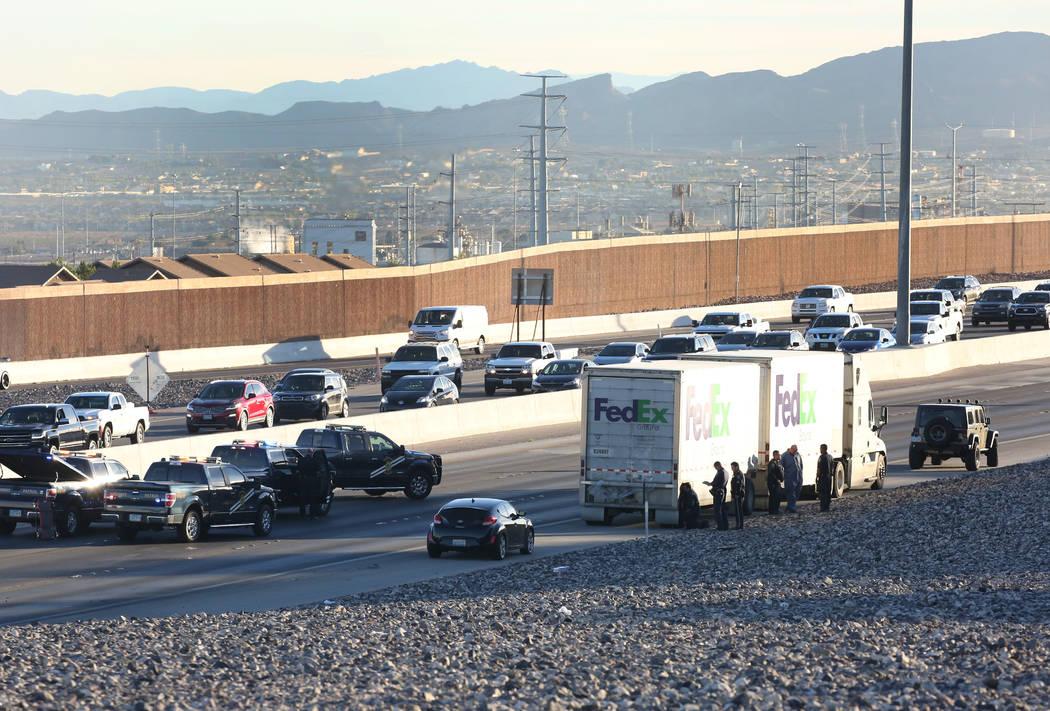 La Patrulla de Carreteras de Nevada investiga un accidente fatal en 215 Beltway en dirección este en Henderson, el jueves 1 de noviembre de 2018. (Rio Lacanlale / Las Vegas Review-Journal)