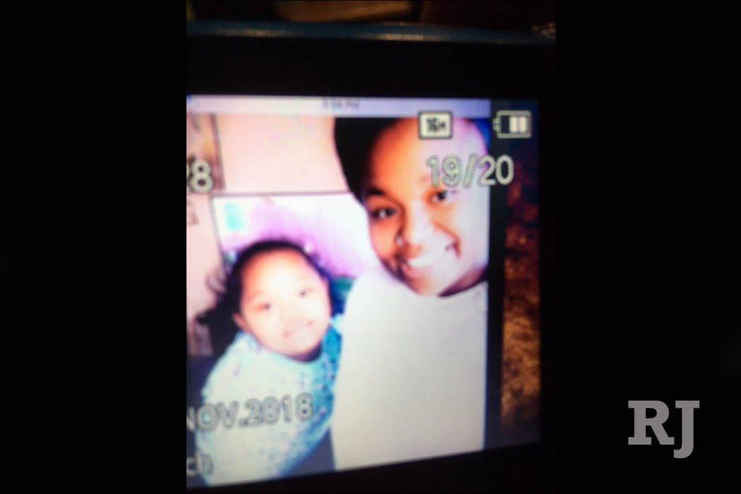 La policía de North Las Vegas reportó que J'Ariee Hartt, de 10 meses de edad, a la izquierda, y su madre de 15 años, J'Moni Moorhead, a la derecha, fueron vistas por última vez con su hermana ...