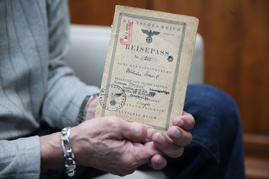Joseph Frank, un sobreviviente del Holocausto, tiene el pasaporte otorgado a su padre Julius Frank por el gobierno alemán durante el Holocausto, en su casa de Henderson, el miércoles 31 de octub ...