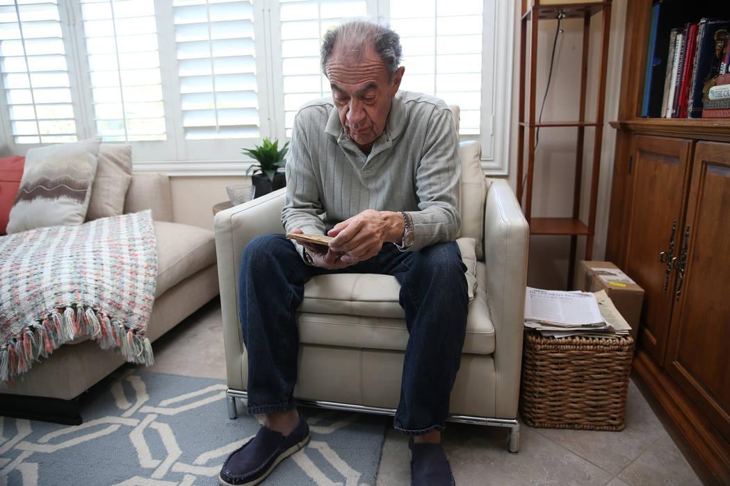 Joseph Frank, un sobreviviente del Holocausto, mira el pasaporte otorgado a su padre Julius Frank por el gobierno alemán durante el Holocausto, en su casa de Henderson, el 31 de octubre de 2018. ...