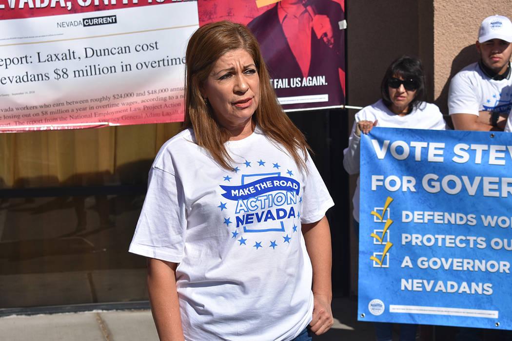 """""""Pienso que la educación es lo más importante, de eso depende el futuro de nuestros hijos"""", comentó Yolanda Muñoz, madre de familia. Jueves 1 de noviembre de 2018 al exterior de la oficina ..."""