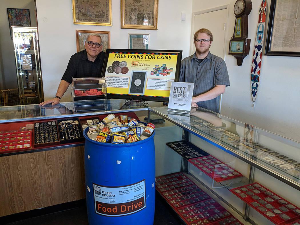 El propietario de Archangel Coins, Christopher Shands (derecha), junto a su tío Joseph Cavallaro, quien es el presidente de Las Vegas Numismatic Society (club local de monedas). Foto Cortesía.