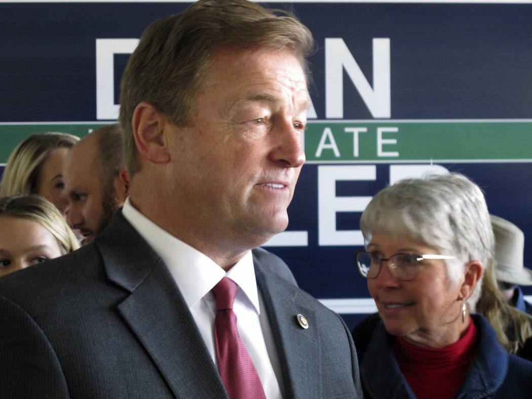 El senador republicano de Nevada, Dean Heller escucha a sus partidarios antes de una presentación conjunta con Ivanka Trump, en la oficina de campo del Partido Republicano en Reno, el jueves 1 de ...