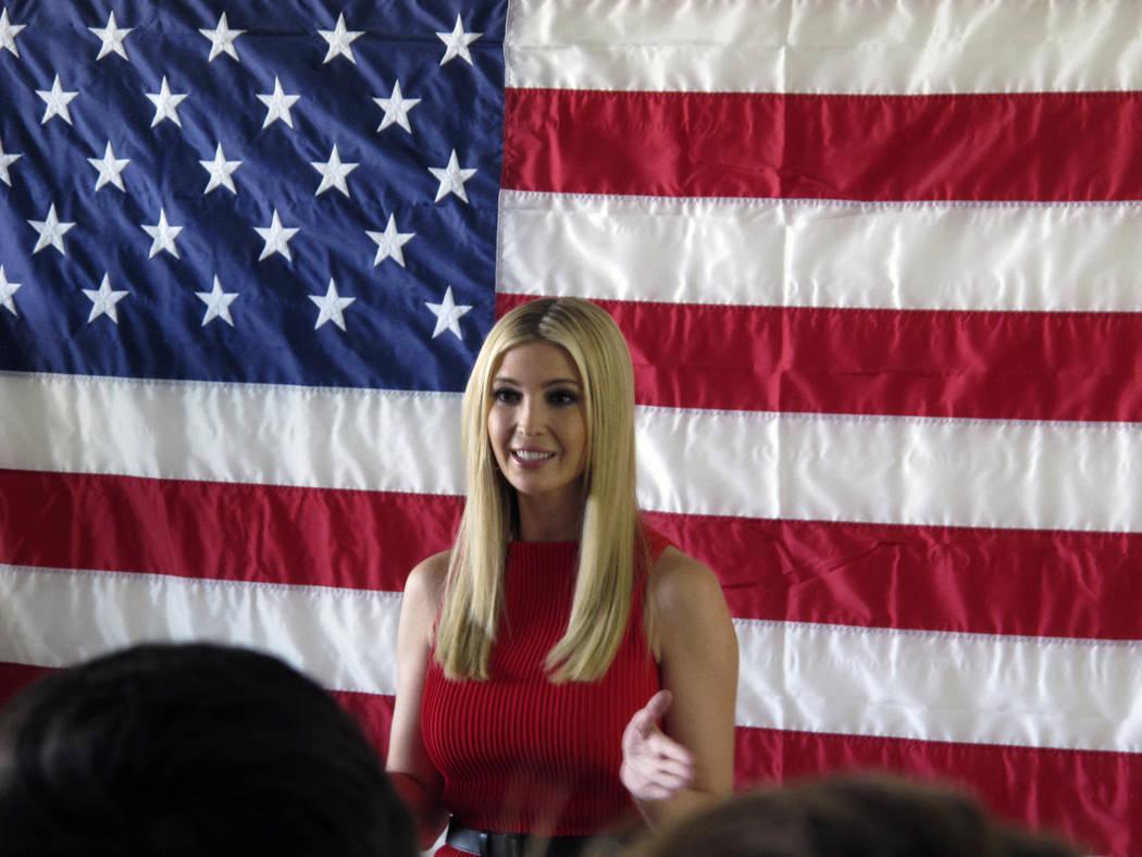 Ivanka Trump, hija y consejera del presidente Trump, habla durante una comparecencia con el senador republicano de Nevada, Dean Heller, en la oficina de campo del Partido Republicano en Reno, Neva ...