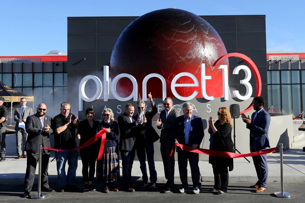 Los propietarios y dignatarios cortan el listón para abrir Planet 13, que se considera uno de los dispensarios más grandes del mundo, para abrir sus puertas al público el jueves 1 de noviembre ...
