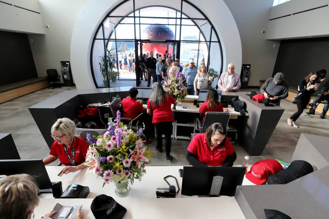 Los primeros clientes se registran en Planet 13, que se anuncia a sí mismo como uno de los dispensarios más grandes del mundo, el jueves 1 de noviembre de 2018. La tienda de marihuana se encuent ...