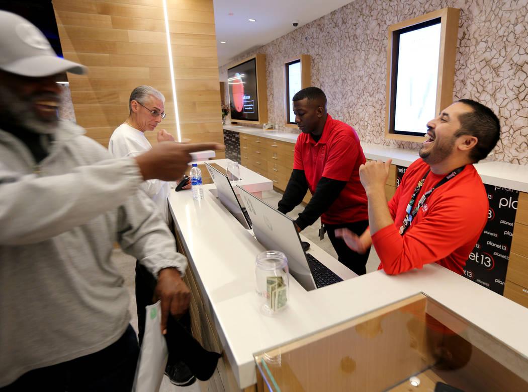 Budtender Robert Martínez, a la derecha, ayuda al cliente George Jennings de Las Vegas en Planet 13, que se anuncia como uno de los dispensarios más grandes del mundo, el jueves 1 de noviembre d ...