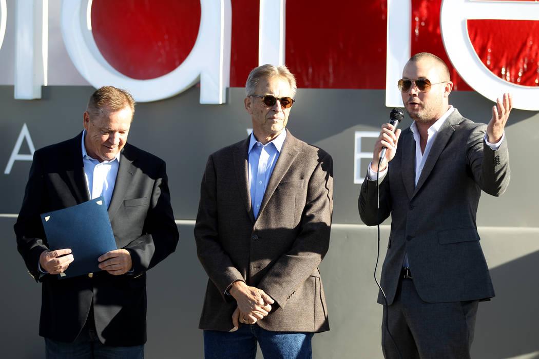 El codirector ejecutivo Bob Groesbeck, de izquierda a derecha, el codirector ejecutivo Larry Scheffler y el vicepresidente de operaciones Chris Wren, dan la bienvenida a los primeros clientes al P ...