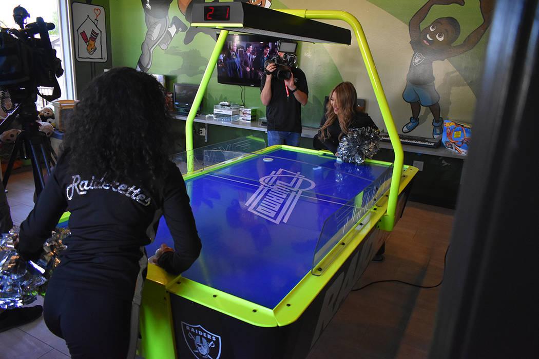 Los Raiders hicieron entrega de una sala de juegos remodelada para las familias que asisten con sus hijos a la sede de Las Vegas de la fundación Ronald McDonald House Charities. Martes 30 de octu ...