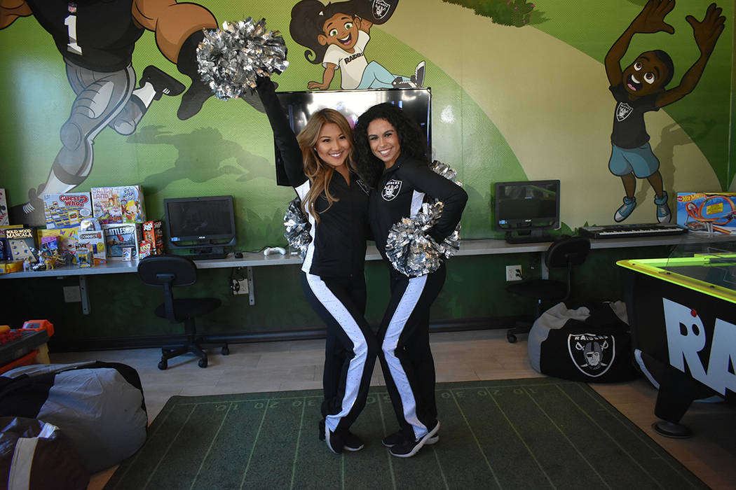 Las 'Raiderettes' mostraron las actividades interactivas que incluyen la sala de juegos. Martes 30 de octubre de 2018 en la sede de Las Vegas de Ronald McDonald House Charities. Foto Anthony A ...