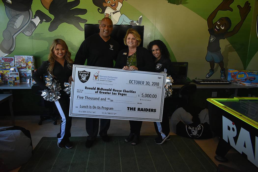 Chris McLemore y las 'Raiderettes' entregaron un cheque por $5,000 a la gerente general de la fundación Ronald McDonald House Charities, Alyson McCarthy, para impulsar el programa de almuerzo ...