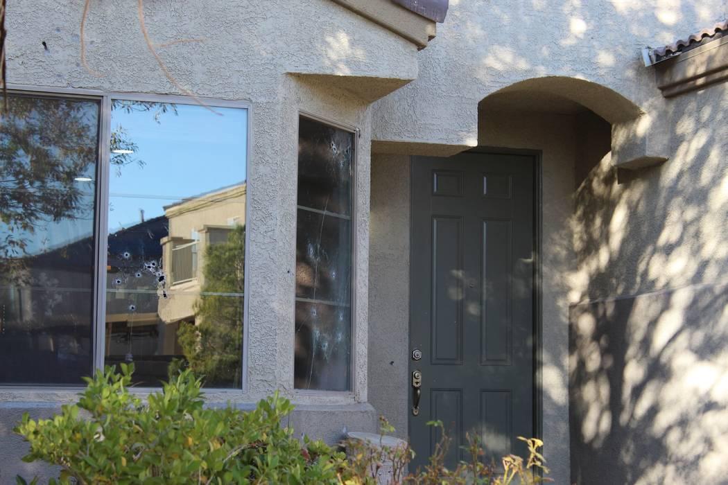 Los agujeros de bala marcan las ventanas de una casa en la cuadra 6700 de Courtney Michelle Street en North Las Vegas que fue atacada con disparos, matando a una niña de 11 años la noche del jue ...