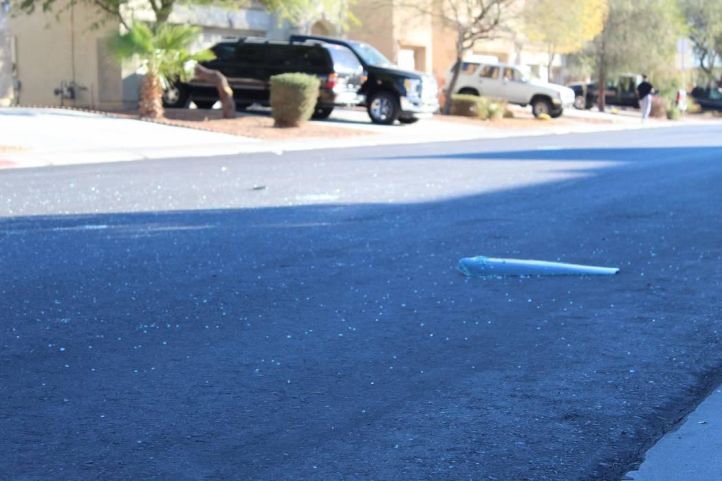 Los vidrios rotos se dispersan en la calle el viernes 2 de noviembre de 2018, cerca de una casa en la cuadra 6700 de Courtney Michelle Street, en North Las Vegas, que fue atacada con disparos y ma ...