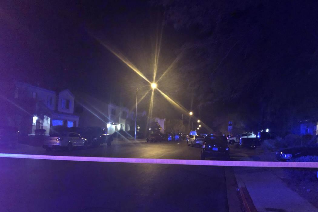 La policía de North Las Vegas investiga el viernes 2 de noviembre de 2018, luego de un tiroteo fatal el jueves por la noche en la cuadra 6700 de Courtney Michelle Street en North Las Vegas. Una n ...