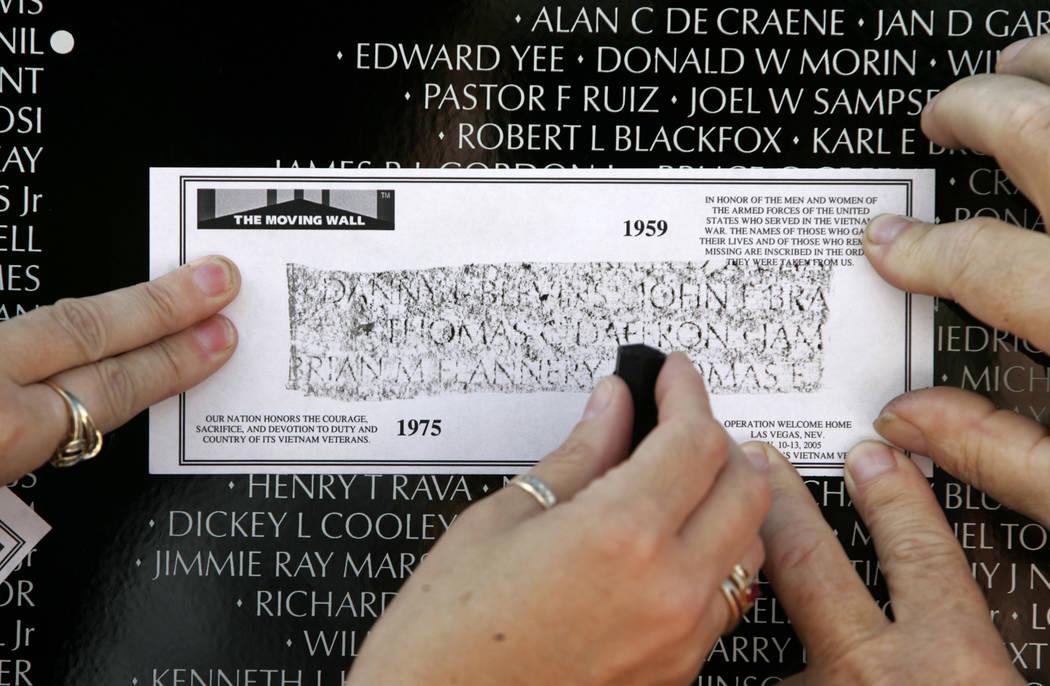 Veteranos de Vietnam, familiares y amigos tomaron impresiones de los nombres de los que murieron en Vietnam en el Moving Wall en Main Street Station en 2005. (John Gurzinski / Las Vegas Review-Jou ...