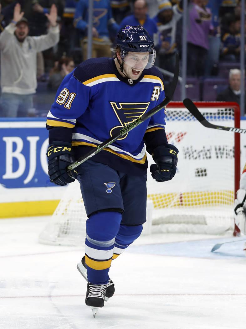 Vladimir Tarasenko de los Blues de St. Louis, de Rusia, celebra después de anotar durante el segundo período de un juego de hockey de la NHL contra los Golden Knights de Las Vegas el jueves 1 de ...