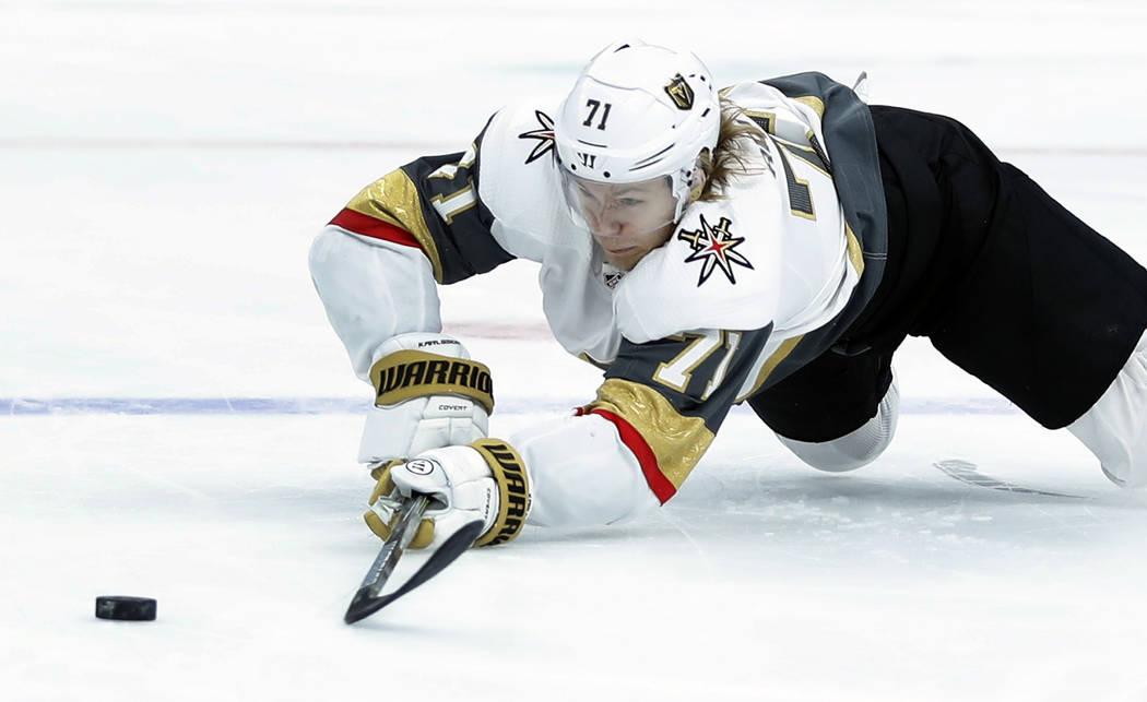 William Karlsson, de Suecia, de los Golden Knights de Vegas, busca el puck suelto durante el primer período de un juego de hockey de la NHL contra los St. Louis Blues el jueves 1 de noviembre de ...