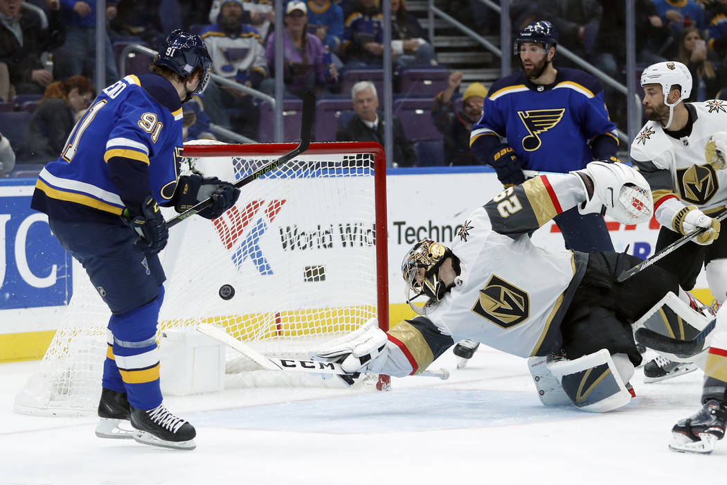 Vladimir Tarasenko de los St. Louis Blues, a la izquierda, de Rusia, supera al portero Marc-André Fleury de las Vegas Golden Knights (29), durante el segundo período de un juego de hockey de la ...