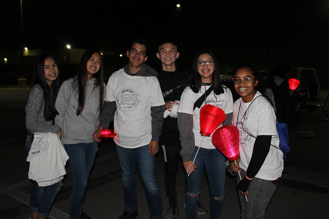 Los participantes portan globos de cantoya que representan una luz en la oscuridad del cáncer. Sábado 3 de noviembre de 2018, en el CSN Charleston. Foto Cristian De la Rosa / El Tiempo - Contrib ...