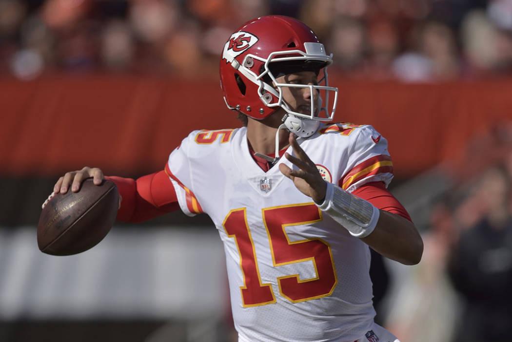 El mariscal de campo de los Kansas City Chiefs, Patrick Mahomes (15), parece lanzar durante la primer mitad de un partido de fútbol de la NFL contra los Cleveland Browns, el domingo 4 de noviembr ...