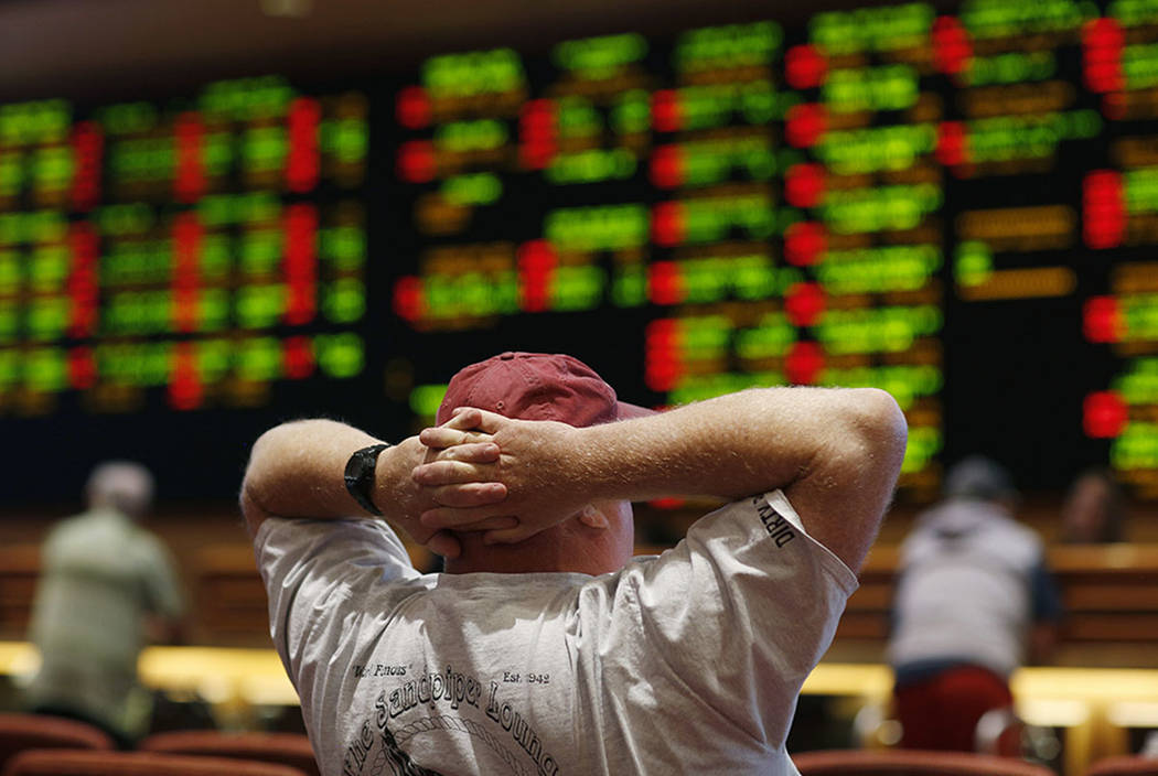 Un hombre mira un juego en la casa de apuestas deportivas en South Point en 2018 en Las Vegas. (Foto AP / John Locher)