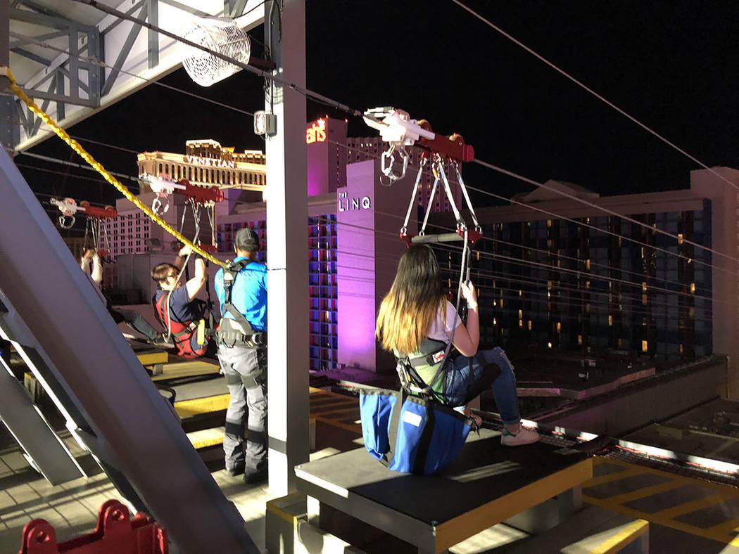 En esta secuencia de fotos una niña y otras personas esperan ser lanzadas en la nueva atracción Fly Linq, en el área de The Linq Promenade. Jueves primero de noviembre de 2018. Al fondo la rued ...