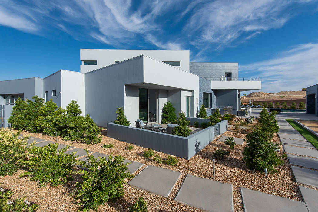 La casa está ajardinada para mostrar su diseño moderno. (Steve Morgan)