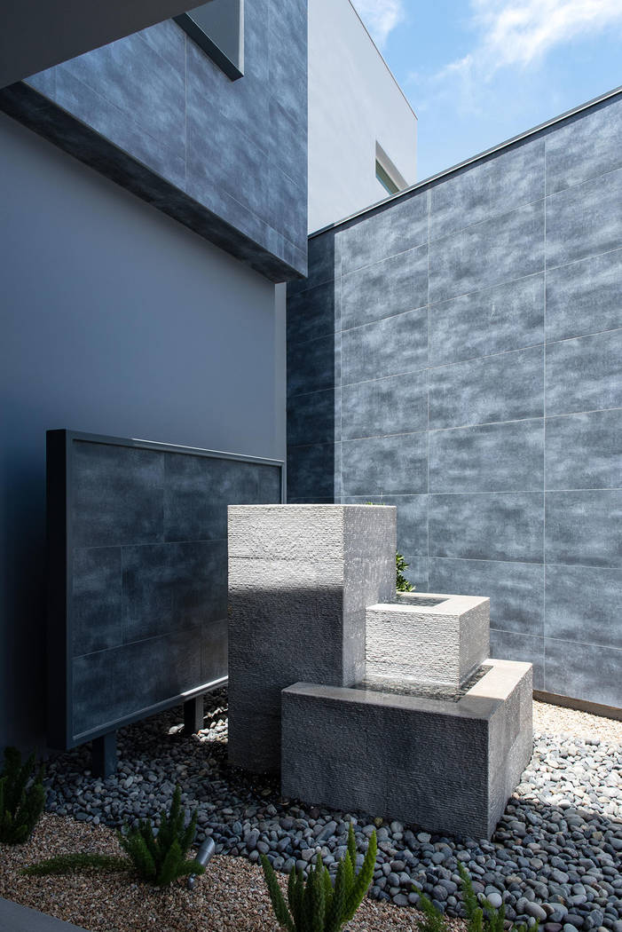 Una característica de agua adorna el frente de la casa. (Steve Morgan)