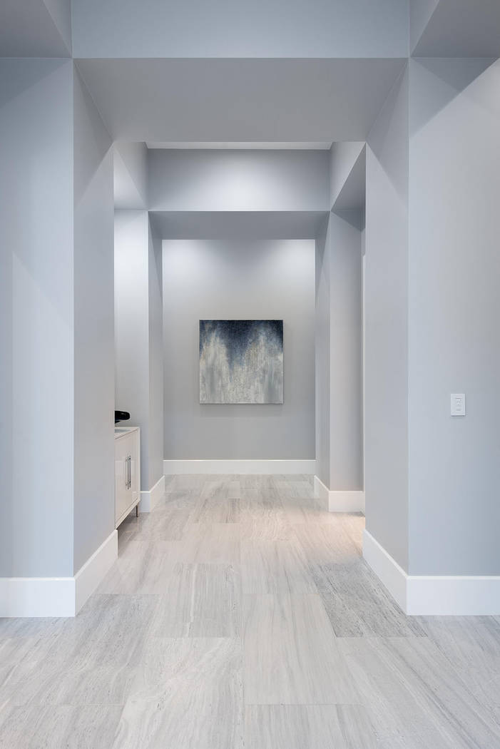 El pasillo es perfecto para una muestra de arte. (Steve Morgan)