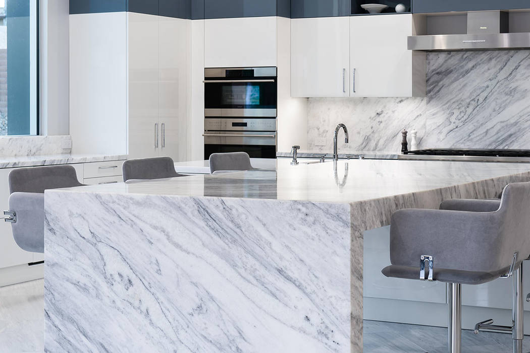 La cocina tiene armarios Scavolini en color blanco y cobalto. (Steve Morgan)