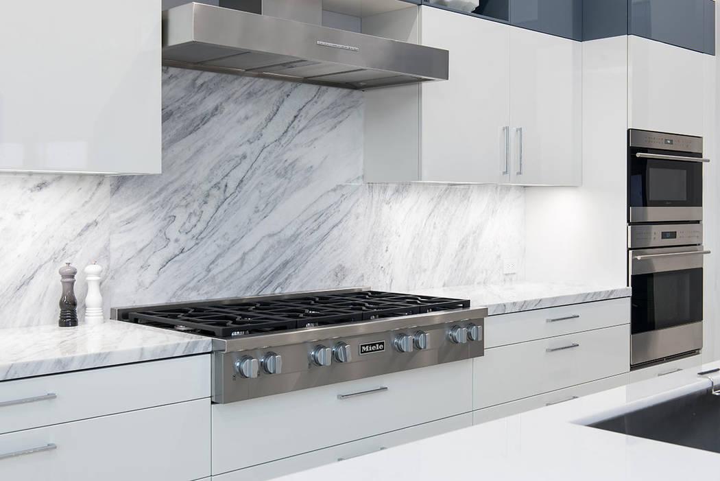La cocina cuenta con electrodomésticos renovados. (Steve Morgan)