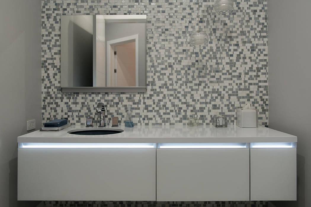 Un baño secundario tiene iluminación especial. (Steve Morgan)