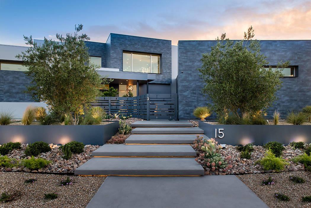 Esta casa de 12 mil 25 pies cuadrados en la comunidad de Ridges Azure de Summerlin está en la lista por casi $10 millones. (Steve Morgan)