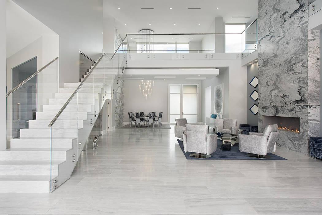 La casa tiene una paleta de colores continua de blanco, gris y azul. (Steve Morgan)