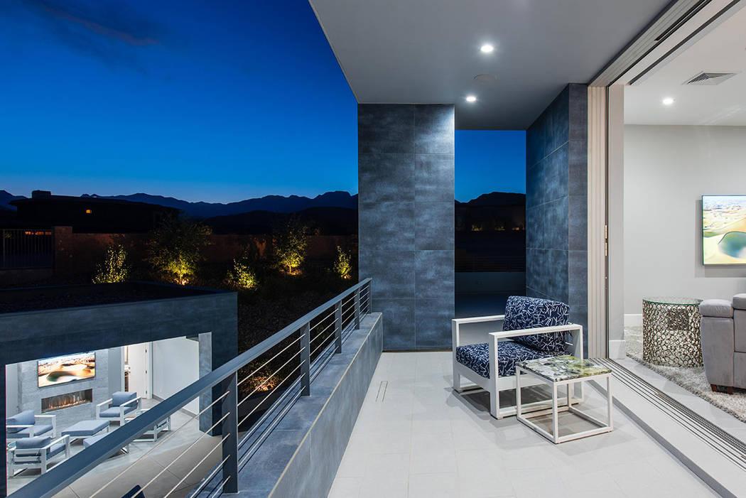 El dormitorio principal tiene un balcón. (Steve Morgan)