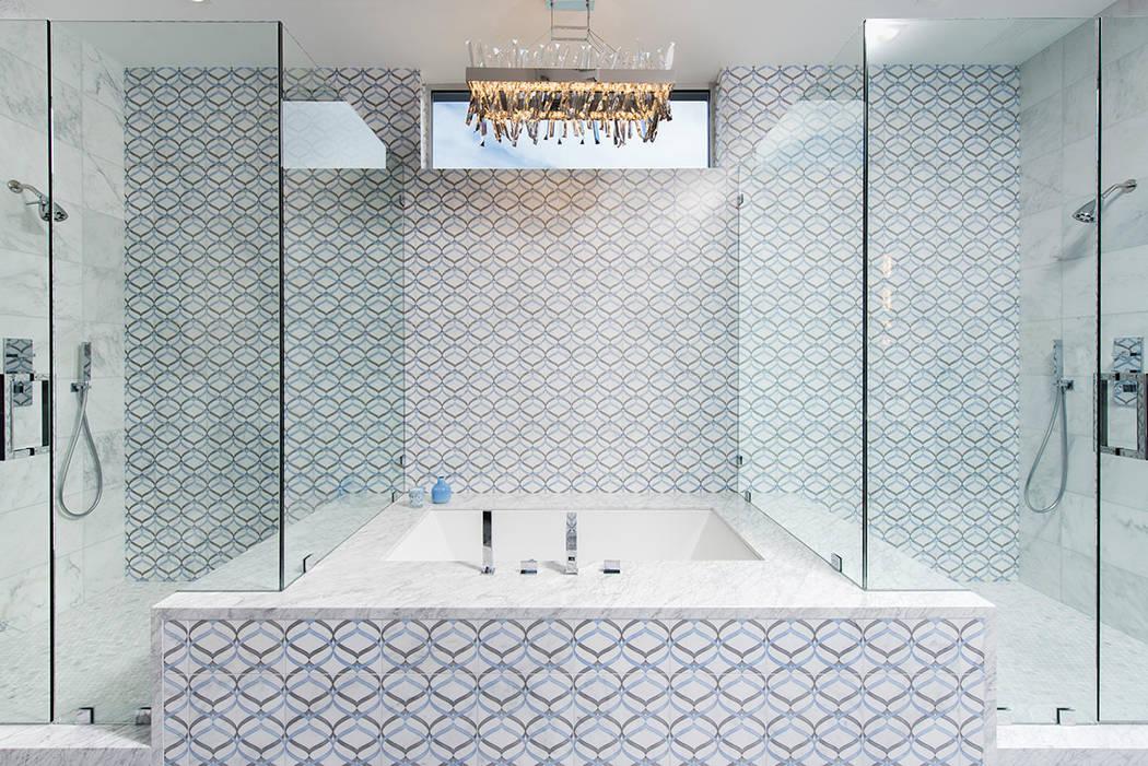 El baño principal tiene una ducha grande. (Steve Morgan)