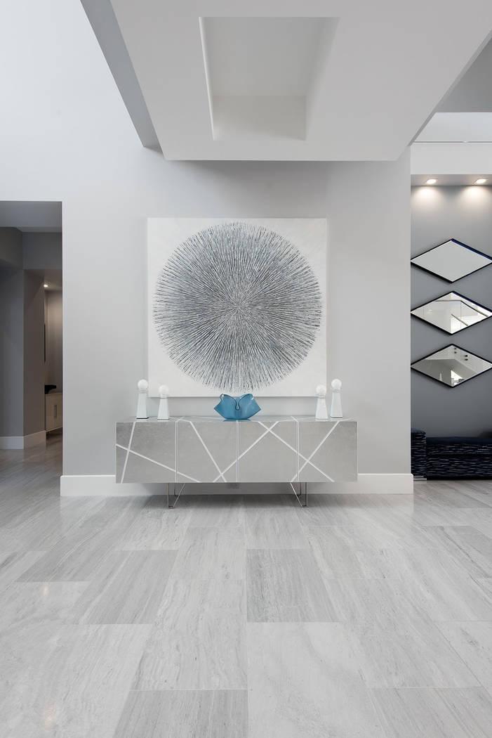 La casa presenta diseño moderno y arte. (Steve Morgan)