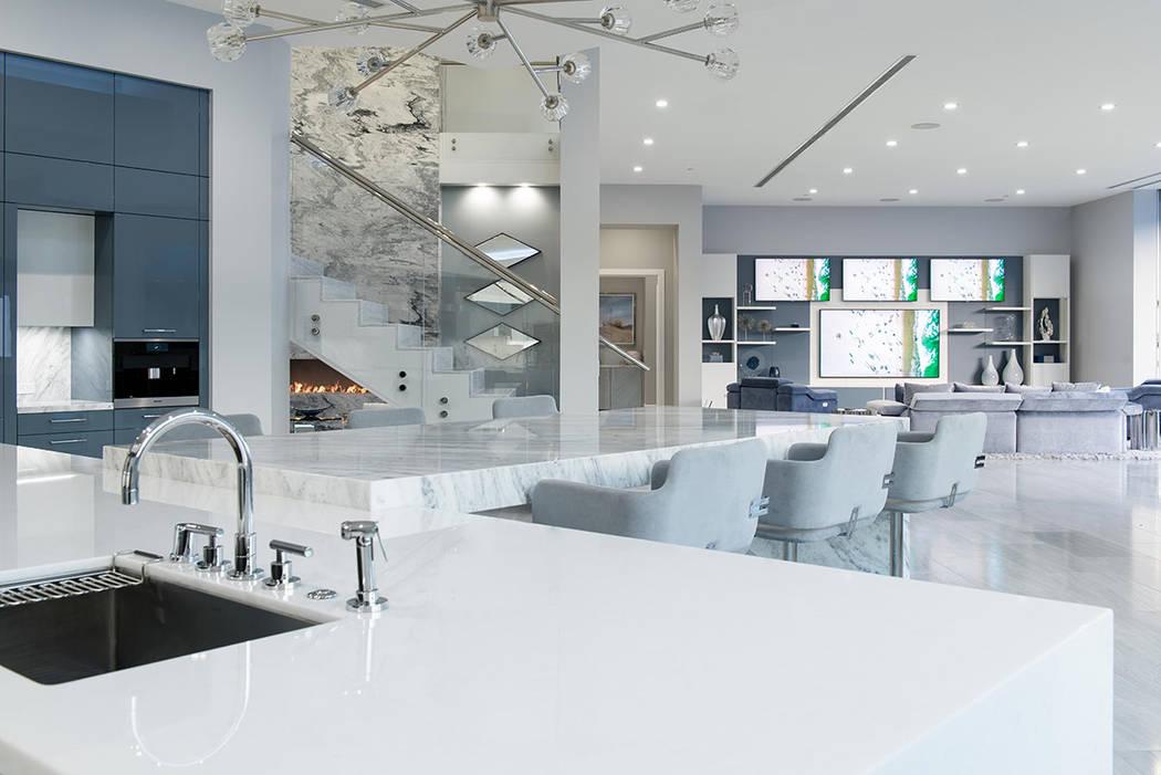 La cocina tiene una isla de mármol con borde de cascada y asientos de bar. (Steve Morgan)